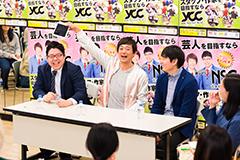 黒田マネージャー(左)のiPadを取り上げる博多華丸(中央)。