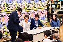 黒田マネージャーのジャケットとズボンの色の違いを指摘する博多華丸(左から2人目)。