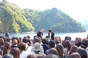 「奥会津満喫ツアー 銀シャリ、和牛、アキナの絶景漫才!」の初日、田子倉湖で漫才を披露するアキナ。