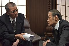 映画「アウトレイジ 最終章」より、左から塩見三省演じる中田、西田敏行演じる西野。