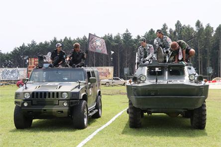第1試合のフィールドに入場する浜田軍と矢部軍。