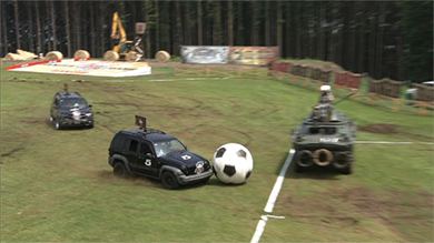 ゴールは戦車に乗り込む千原せいじが守る。