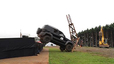 戦闘車ごと突っ込んで棒を倒す。