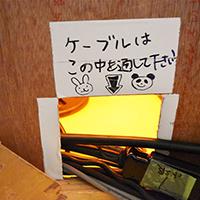 「さまぁ~ず×さまぁ~ず」のスタジオセットに設けられた配線の通り穴。