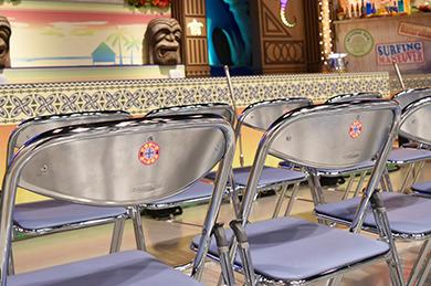 「さまぁ~ず×さまぁ~ず」の観覧客が座るパイプ椅子。