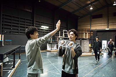左から宮崎秋人、安西慎太郎。