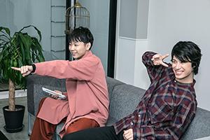 画面を指差す須賀健太(左)と、ピースをする影山達也(右)。