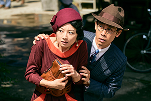 映画「グッドバイ~嘘からはじまる人生喜劇~」より。左から小池栄子、大泉洋。