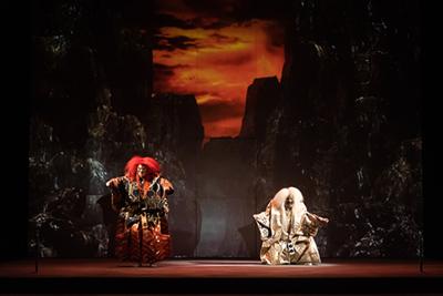 宮本亜門演出 能×3D映像「YUGEN 幽玄」 赤獅子は観世三郎太、白獅子は坂口貴信。 ©KOS-CREA / 写真提供:国際交流基金