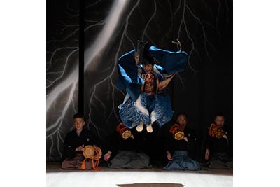 野村万作・萬斎・裕基×杉本博司「ディヴァイン・ダンス 三番叟」 ©KOS-CREA / 写真提供:国際交流基金