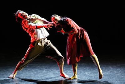 コンテンポラリーダンス―伊藤郁女×森山未來「Is it worth to save us?」  ©Patrick Berger
