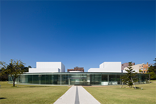 金沢21世紀美術館の外観。(撮影:渡邉修、提供:金沢21世紀美術館)