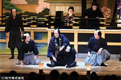 「東海道中膝栗毛 歌舞伎座捕物帖」より。劇中劇「義経千本桜」の稽古中に第1の殺人が発生した場面。