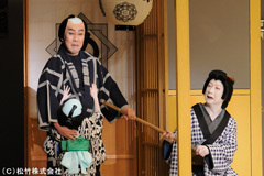 「め組の喧嘩」より。左から中村勘三郎演じるめ組辰五郎、中村扇雀演じる辰五郎女房お仲。
