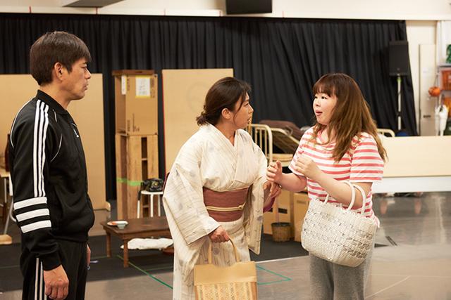 左から博多華丸、藤吉久美子、井上佳子。