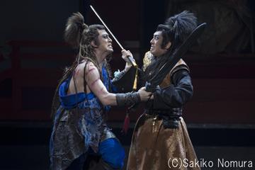 シネマ歌舞伎「阿弖流為」より。左から松本幸四郎演じる阿弖流為、中村勘九郎演じる坂上田村麻呂。