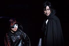 「ミュージカル『黒執事』-地に燃えるリコリス2015-」より、古川雄大演じるセバスチャン(右)。