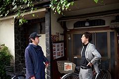 左から今野裕一郎、 劇場副支配人の大川智史。