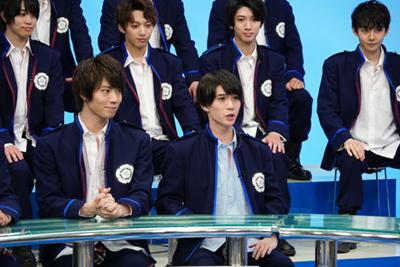 前列左から山崎大輝扮する長谷川秀一、木津つばさ扮する森蘭丸。