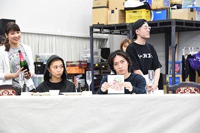 手前左からグレイ役の青野紗穂、ロード・エルメロイⅡ世役の松下優也。