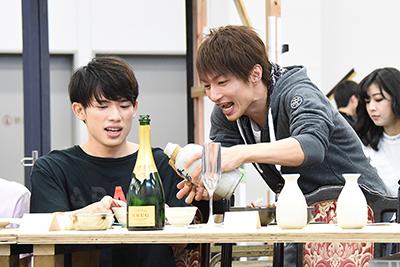 左からハイネ・イスタリ役の百名ヒロキ、時任次郎坊清玄役の木戸邑弥(中央)。