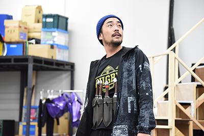 フリューガー役の松田慎也。