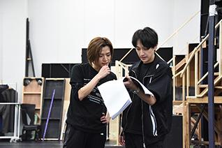 左からウェイバー・ベルベット役の植田慎一郎、演出の元吉庸泰。