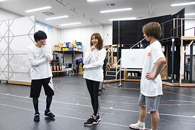 左からスヴィン・グラシュエート役の伊崎龍次郎、ライネス・エルメロイ・アーチゾルテ役の浜崎香帆、フラット・エスカルドス役の納谷健。