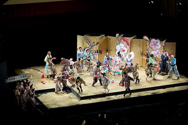 オペラ「野田版 歌劇『フィガロの結婚』〜庭師は見た!〜」2015年に上演された東京芸術劇場コンサートホール公演より。(Photo:Hikaru.☆)
