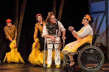劇団ファマリー「ホンク!~みにくいアヒルの子~」デンバー公演より。©Michael Ensminger