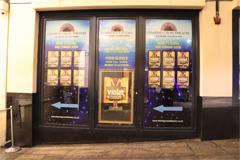 チャリングクロス劇場への案内看板。